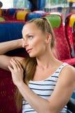 Jonge vrouwenzitting op de bus Stock Foto's