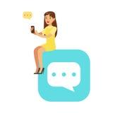 Jonge vrouwenzitting op een groot mobiel app symbool en het gebruiken van haar vectorillustratie van het smartphone kleurrijke ka royalty-vrije illustratie