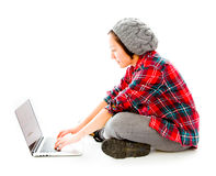 Jonge vrouwenzitting op grond die laptop met behulp van Stock Fotografie