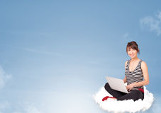 Jonge vrouwenzitting op wolk met exemplaarruimte Royalty-vrije Stock Afbeeldingen