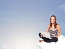 Jonge vrouwenzitting op wolk met exemplaarruimte Royalty-vrije Stock Fotografie