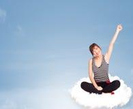 Jonge vrouwenzitting op wolk met exemplaarruimte Stock Foto's