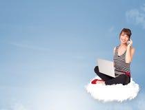 Jonge vrouwenzitting op wolk met exemplaarruimte Royalty-vrije Stock Foto's
