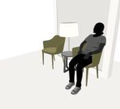 Jonge vrouwenzitting in woonkamer Royalty-vrije Stock Afbeeldingen