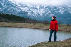 Jonge wandelaar die in de mening vanaf de bovenkant van een berg nemen stock afbeeldingen