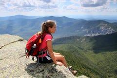Jonge wandelaar op bergbovenkant stock foto
