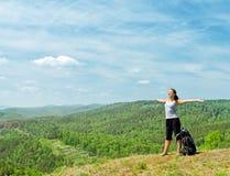 Jonge wandelaar op de heuveltop Royalty-vrije Stock Afbeeldingen