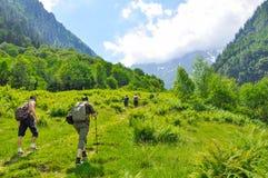 Jonge wandelaarstrekking in alpen, Zwitserland, met bergen op de achtergrond Royalty-vrije Stock Afbeelding