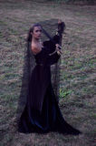 Jonge weduwe die zwarte sluier dragen Stock Afbeelding