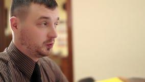 Jonge werkgever op zijn kantoor die aan een werknemer spreken stock video