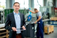 Jonge werkgever in zijn fabriek royalty-vrije stock afbeeldingen