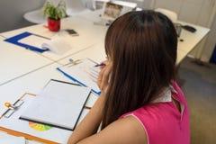 Jonge werknemer die alleen in het bureau werken royalty-vrije stock foto's