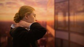 Jonge werknemer die halsoefeningen doen, die zich op terras van bureaucentrum bevinden stock videobeelden