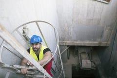 Jonge werknemer die veiligheidstreden beklimmen royalty-vrije stock foto
