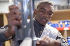 Jonge werknemer het assembleren metaalcomponenten royalty-vrije stock afbeeldingen
