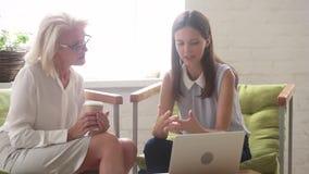 Jonge werknemer het vertellen ideeën startgedachten aan bejaarde collega stock footage