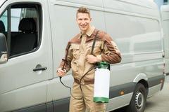 Jonge werknemer met Pesticide in Front Van royalty-vrije stock fotografie