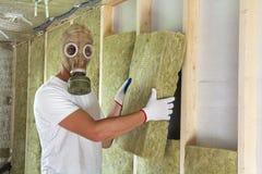Jonge werknemer in van de de wolisolatie van de gasmasker isolerende rots personeelsleden i Royalty-vrije Stock Foto