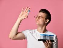 Jonge wetenschapper die een reageerbuis houdt royalty-vrije stock afbeelding
