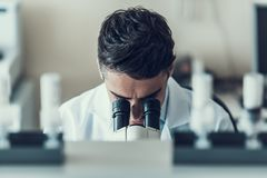 Jonge Wetenschapper die Microscoop in Laboratorium gebruiken royalty-vrije stock fotografie