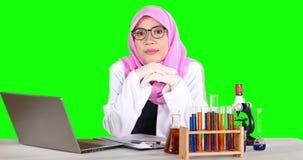 Jonge wetenschapper met laptop het glimlachen stock footage