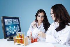 Jonge wetenschappers die medisch onderzoek doen stock fotografie