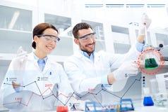 Jonge wetenschappers die test of onderzoek naar laboratorium maken stock afbeelding