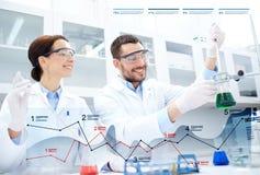 Jonge wetenschappers die test of onderzoek naar laboratorium maken royalty-vrije stock afbeeldingen