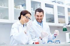 Jonge wetenschappers die test of onderzoek naar laboratorium maken stock afbeeldingen