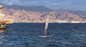 Jonge Windsurfer in de Golf van Eilat Akaba stock fotografie