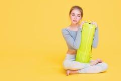 Jonge yoginivrouw vóór yogaglas Stock Foto