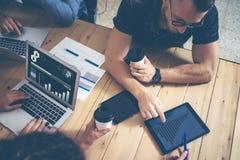 Jonge Zaken Team Brainstorming Meeting Process Medewerkers Start Marketing Project Creatieve Mensen die het Grote Werk maken