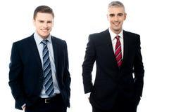 Jonge zakenlieden die samen stellen royalty-vrije stock afbeelding