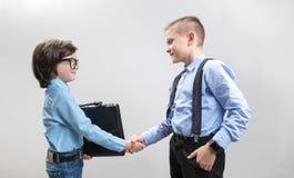 Jonge zakenlieden die voordelig koopje slaan Stock Foto's