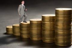 Jonge zakenman boven carrière van geld stock afbeelding