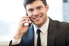Jonge zakenman in bureau royalty-vrije stock afbeelding