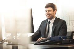 Jonge zakenman in bureau royalty-vrije stock foto