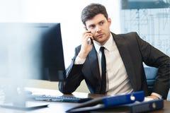 Jonge zakenman in bureau stock fotografie
