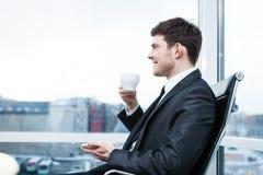 Jonge zakenman in bureau stock afbeelding