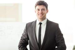 Jonge zakenman in bureau Royalty-vrije Stock Afbeeldingen