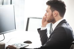 Jonge zakenman in bureau stock foto's