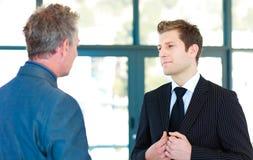Jonge zakenman die aan een hogere manager spreekt Stock Foto's