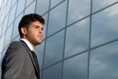 Jonge zakenman die aan goede toekomst kijkt royalty-vrije stock foto's