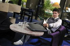 Jonge zakenman die aan laptop werkt stock afbeelding