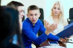 Jonge zakenman die aan zijn partners spreken Royalty-vrije Stock Afbeeldingen
