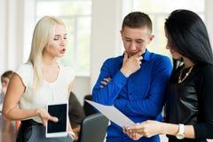 Jonge zakenman die aan zijn partners spreken Stock Foto's