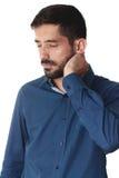 Jonge zakenman die blauw overhemd dragen die zijn hals op witte B houden Royalty-vrije Stock Fotografie