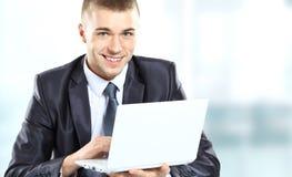 Jonge zakenman die in bureau werken Royalty-vrije Stock Fotografie