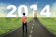 Jonge zakenman die de toekomst in 2014 onderzoeken Stock Fotografie