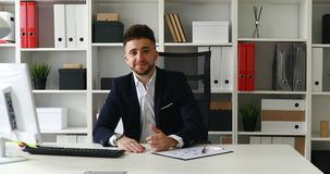 Jonge zakenman die duim in licht bureau tonen stock video